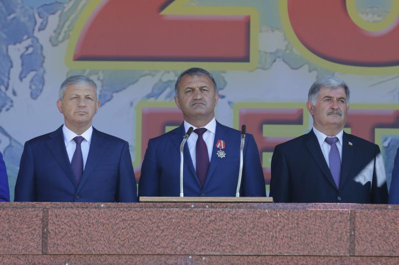 Выступление на военном параде в честь празднования 28-й годовщины Республики Южная Осетия