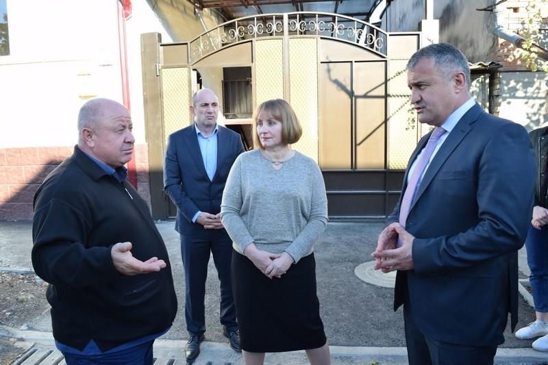 Анатолий Бибилов передал ключи владельцам вновь отстроенных домов