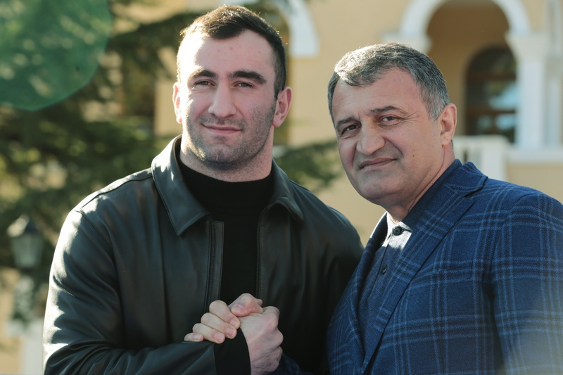 Анатолий Бибилов поздравил Мурата Гассиева с Днем рождения