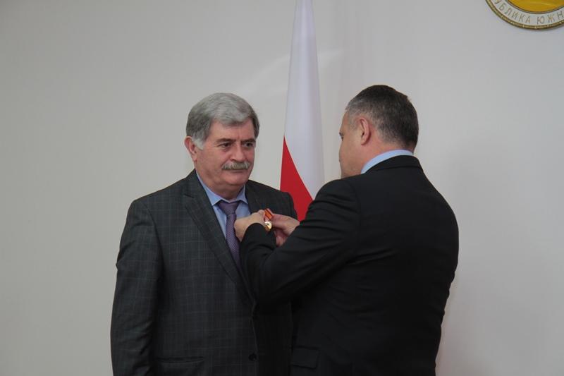 Анатолий Бибилов наградил руководителей ведомств