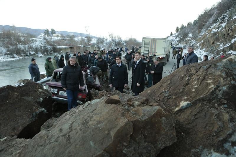 Анатолий Бибилов осмотрел аварийный участок дороги Цхинвал – Дзау